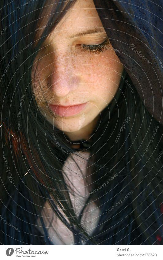 DeMuT Frau Junge Frau Sommersprossen schön zart verwundbar Schüchternheit dunkel dunkelhaarig demütig Stimmung Gesichtsausdruck Wimpern Denken Trauer verlieren