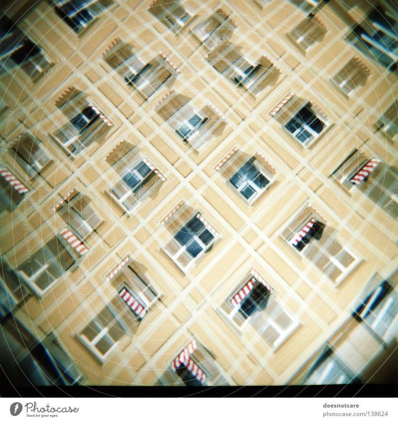 Criss-Cross. Haus Gebäude Architektur Fassade gelb Fensterfront Mittelformat Italien Doppelbelichtung Markise Lomografie außergewöhnlich doppelt gemoppelt