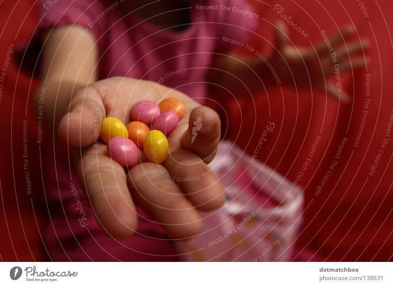 Willst Du auch? Hand Freude Essen Finger süß Süßwaren Perle Schokolade Schokolinsen