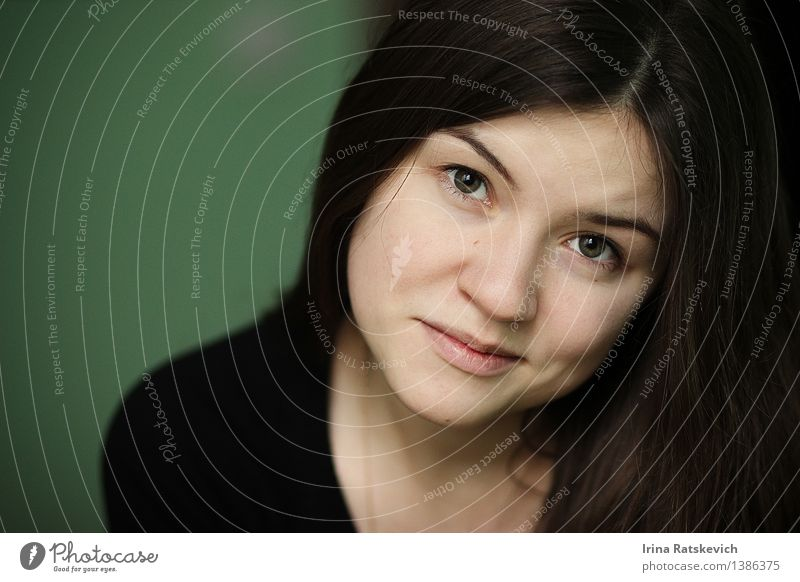 Nahaufnahmeportrait des schönen Mädchens Mensch Jugendliche Junge Frau Erotik Freude 18-30 Jahre dunkel Gesicht Erwachsene Auge Haare & Frisuren Mode frisch