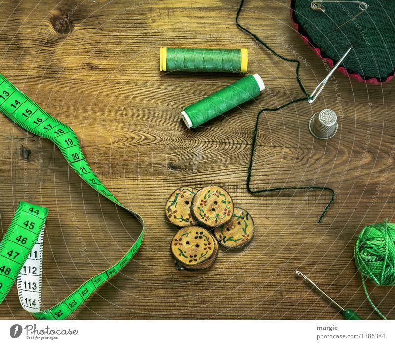 Grün eingefädelt: Nähzeug, wie Nadel, Metermaß, Knöpfe, Garn, Fingerhut Wolle und eine Häkelnadel Freizeit & Hobby Beruf Schneider Schneidern Nähen Mode
