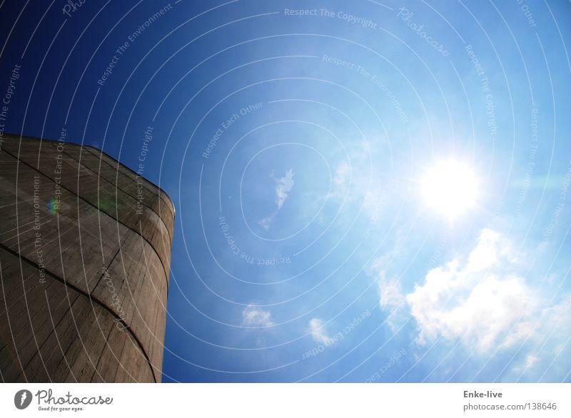 ab in den Himmel schön Sonne blau Wolken grau Beleuchtung Beton Luftverkehr Turm Bauwerk