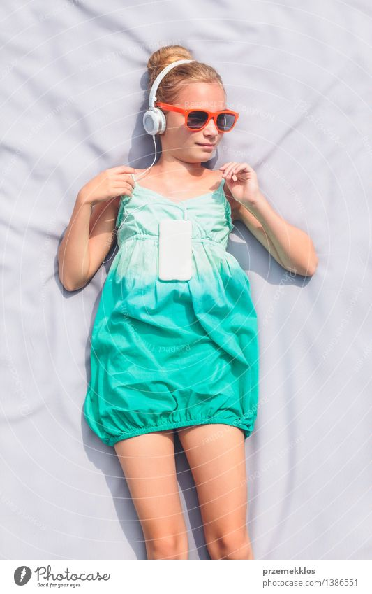 Mädchen, das Musik vom Handy hört Lifestyle Erholung Freizeit & Hobby Sommer Kind Telefon Mensch 1 8-13 Jahre Kindheit Kleid Sonnenbrille blond hören
