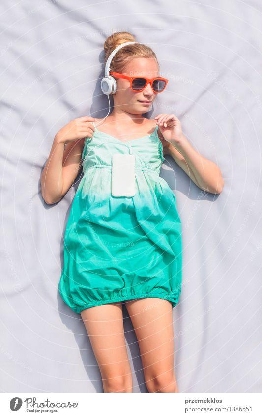 Mädchen, das Musik vom Handy hört Mensch Kind Sommer Erholung Lifestyle Freizeit & Hobby blond authentisch Kindheit Telefon Kleid 8-13 Jahre hören Sonnenbrille