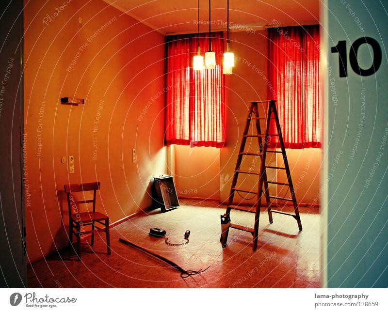 Room 10 alt Einsamkeit Fenster Lampe Tür Raum Stuhl Dekoration & Verzierung verfallen Hotel gruselig Möbel Vorhang skurril Stillleben Werkzeug