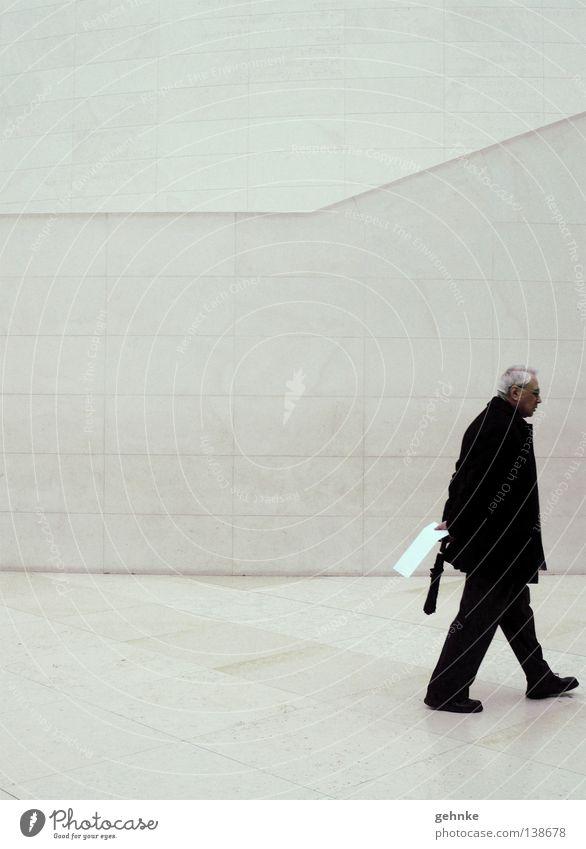 Man(n) verändert Mann grau grauhaarig schwarz Raster Wand weiß leer Ausstellung ruhig Einsamkeit Ganzkörperaufnahme Innenaufnahme Senior modern