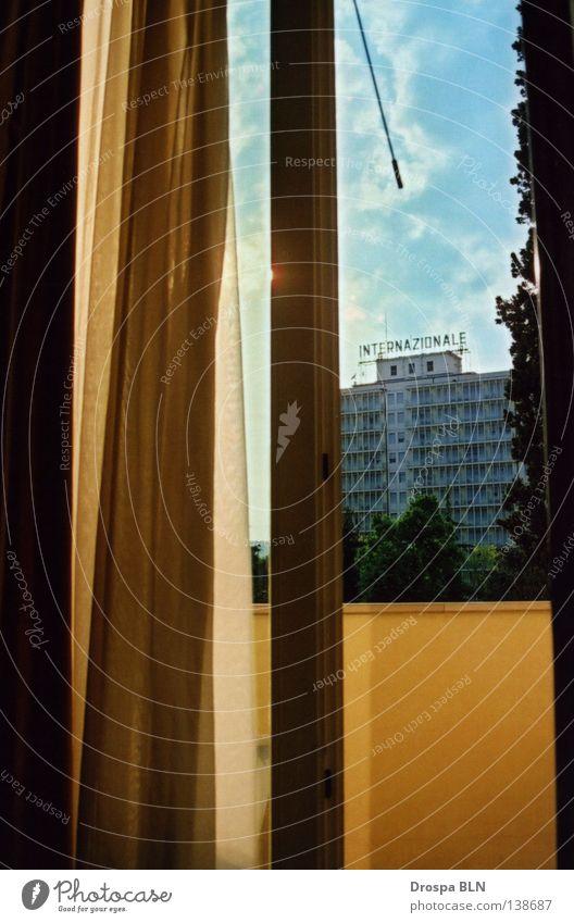 Ausblick Fenster Vorhang Balkon Italien Padua schön Physik Wolken Hotel Detailaufnahme offen Wärme Kontrast