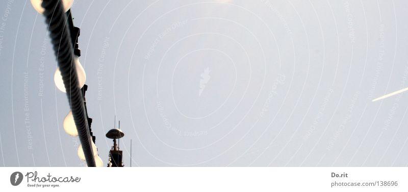 spot an Fähre Himmel Flugzeug weiß schwarz Drahtseil Hochsee Glühbirne Wasserfahrzeug Freude Schifffahrt Meer Helgoland Blauer Himmel sky blau blue white black
