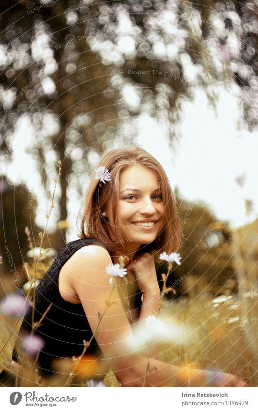 Smiley-Mädchen im Gras Junge Frau Jugendliche Haare & Frisuren Gesicht Zähne 1 Mensch 18-30 Jahre Erwachsene Natur Landschaft Sonne Schönes Wetter Baum Blume