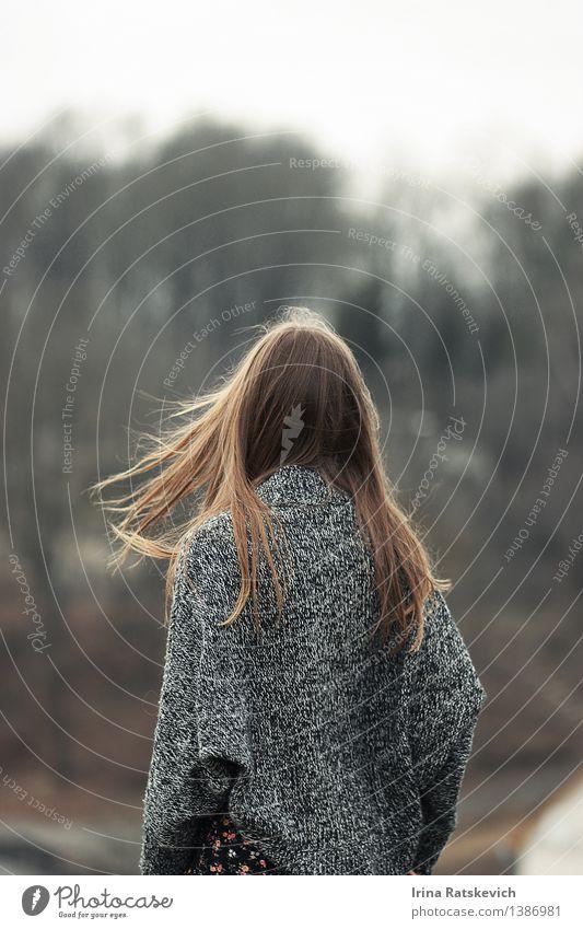 Herbst Mädchen Junge Frau Jugendliche Körper Kopf Haare & Frisuren 1 Mensch 18-30 Jahre Erwachsene Natur Landschaft schlechtes Wetter Mode Bekleidung Pullover