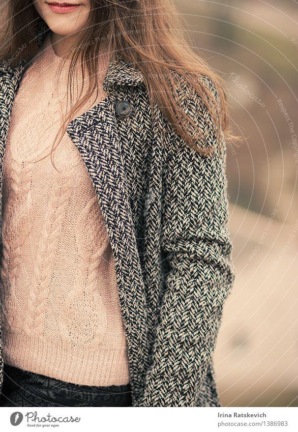 Mensch Jugendliche schön Junge Frau 18-30 Jahre Erwachsene Haare & Frisuren Mode Körper Bekleidung niedlich dünn Lippen Jeanshose brünett Mantel