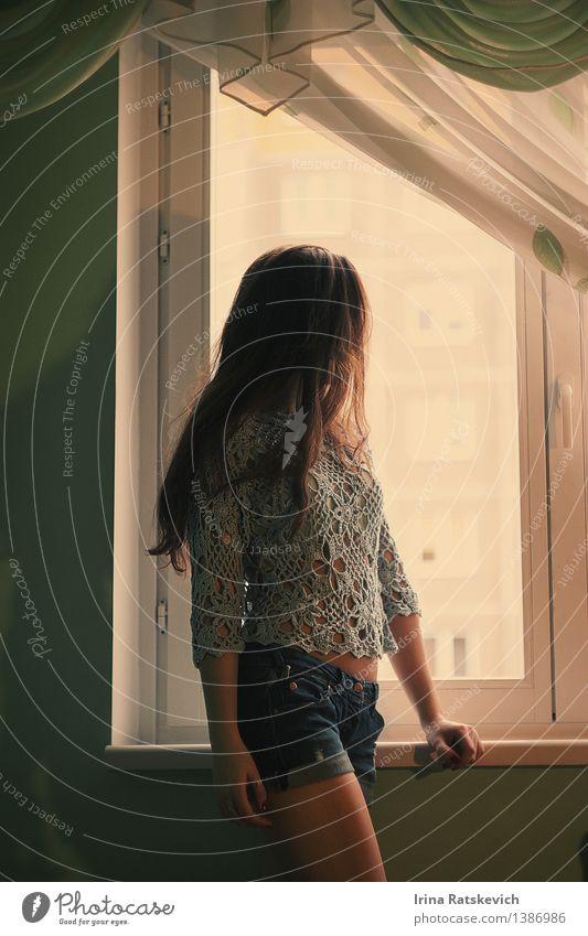 Mädchen wartet auf ihn Mensch Frau Jugendliche schön Junge Frau Erotik Haus 18-30 Jahre Fenster Erwachsene Wand Mauer Haare & Frisuren Mode Stimmung frisch
