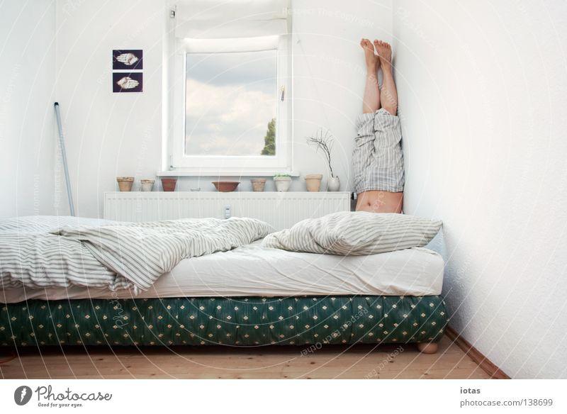Ä Mann Freude ruhig lustig Raum Wohnung maskulin außergewöhnlich schlafen stehen Ecke Bett Meditation Yoga Schlafzimmer Mensch