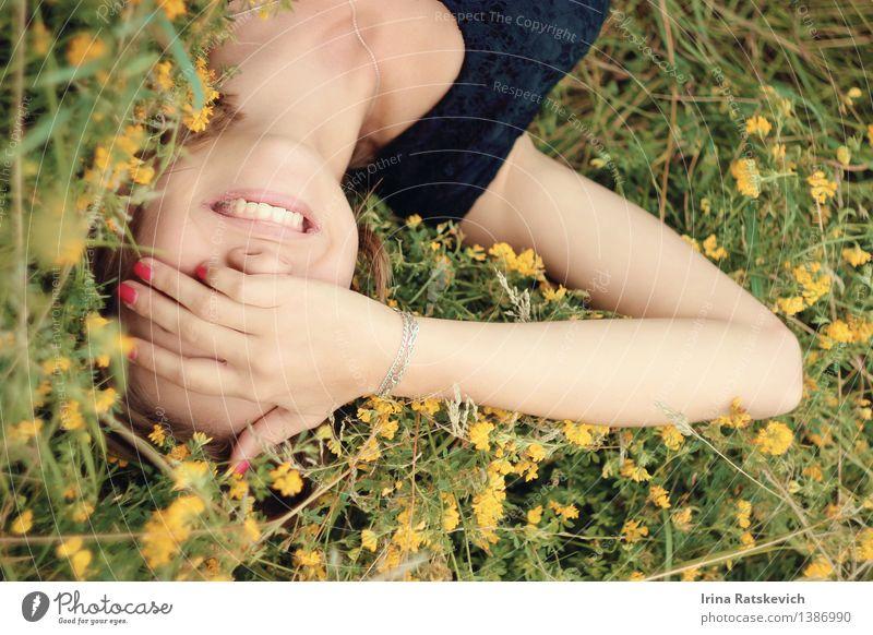 glückliches Lächeln Junge Frau Jugendliche Haut Kopf Mund Lippen Zähne Arme Hand Finger 1 Mensch 18-30 Jahre Erwachsene Natur Frühling Sommer Schönes Wetter