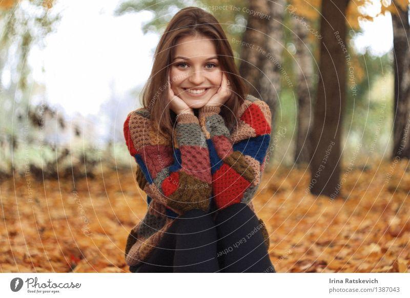 Smiley-Mädchen Mensch Natur Jugendliche schön Junge Frau Baum Hand Landschaft Blatt 18-30 Jahre Wald Gesicht kalt Erwachsene Herbst lustig