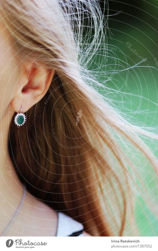 Grüne Ohrringe Junge Frau Jugendliche Haut Haare & Frisuren 1 Mensch 18-30 Jahre Erwachsene Mode Bekleidung Accessoire Schmuck blond frei Freundlichkeit
