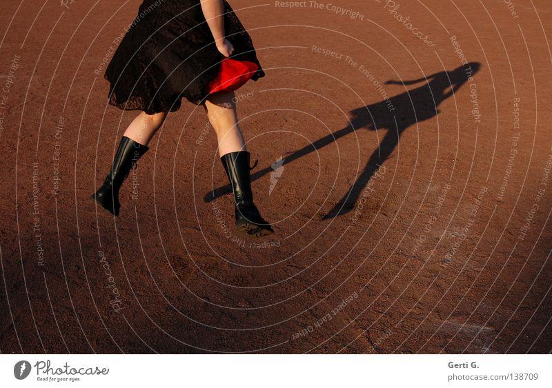 earthed Frau Mensch rot Freude schwarz dunkel Wärme springen Stein Beine braun Erde Arme Haut fliegen Spitze