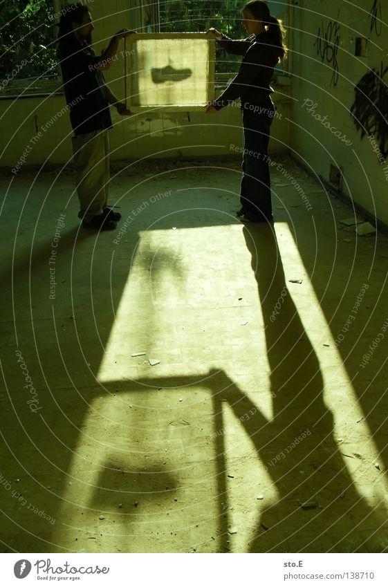 EINRAHMEN Kerl Mann maskulin Frau Jugendliche Gebäude Raum Flur Licht verdunkeln Schatten Lichteinfall erleuchten Beleuchtung Fenster Durchgang Türrahmen Zarge