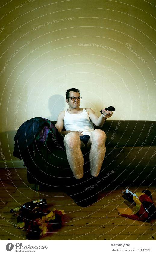 nach dem spiel... Bier Flasche Sofa Mann Erwachsene Beine Fernsehen Fernsehen schauen Brille Fahne Ekel Langeweile Kerl Fernbedienung Unterhemd hornbrille