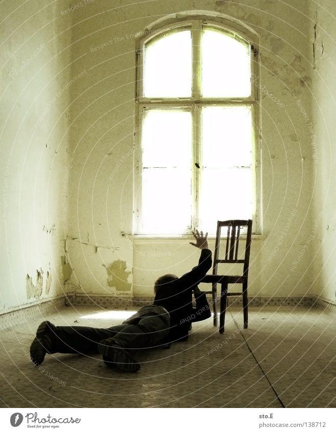 LETZTE REGUNGEN Kerl Mann maskulin Gebäude Raum Flur Licht verdunkeln Schatten Krankheit Lichteinfall erleuchten Beleuchtung Fenster Durchgang Türrahmen Zarge