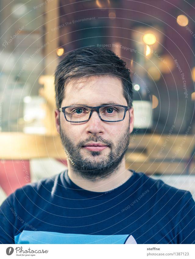 NYC |Hipsteropfer Typ Brille Porträt Junger Mann steffne Bart Dreitagebart Café