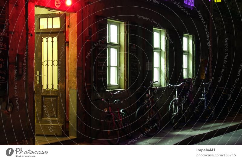 nicht immer hält das rote licht... Straße dunkel Fenster Fahrrad Tür Beleuchtung Gastronomie Licht Club Bürgersteig Verkehrswege Kneipe