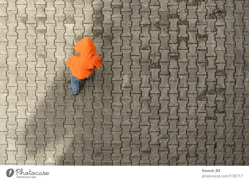 Holland im Schatten... Mensch blau Hand grau Traurigkeit Beine Linie orange Deutschland Tierjunges Orange Arme warten Beton maskulin