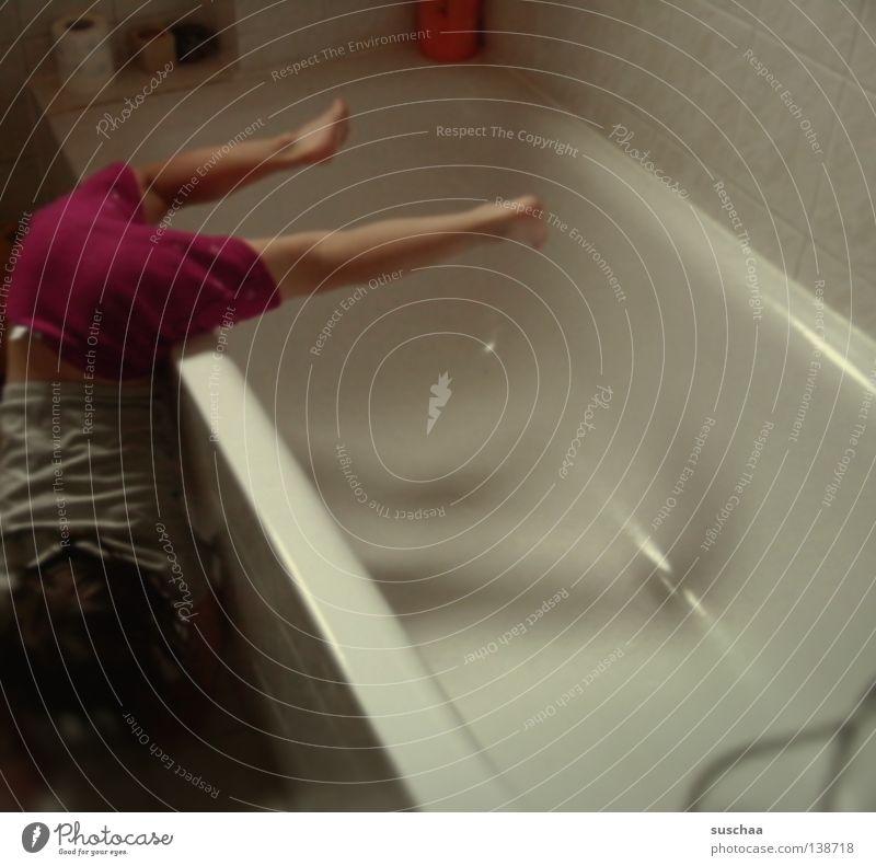 badewannenakrobatik Kind Mädchen Freude Bewegung Beine Humor Geschwindigkeit verrückt Aktion Bad Badewanne Konzentration anstrengen Turnen Unsinn Stunt