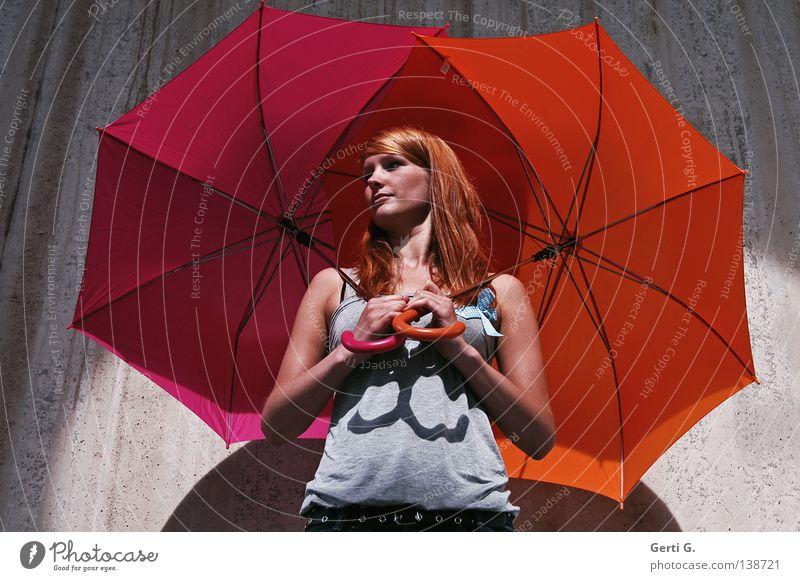 abgeschirmt schön Gesicht Spielen Junge Frau Jugendliche Erwachsene 1 Mensch Schönes Wetter Regen Dürre Mauer Wand T-Shirt Regenschirm rothaarig langhaarig
