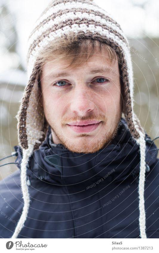 Großer Bruder Mensch maskulin Mann Erwachsene Geschwister Gesicht 1 18-30 Jahre Jugendliche Natur Winter Schnee Jacke Mütze blau rot schwarz weiß Zufriedenheit