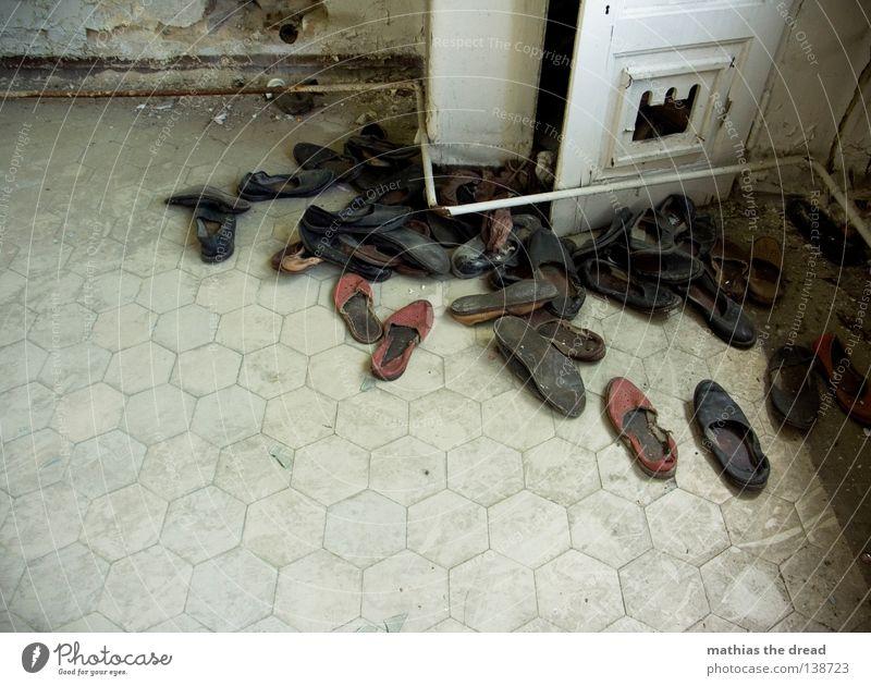 SCHUHFRIEDHOF Schuhe Schuhpaar anziehen Schlappen Hausschuhe mehrere Einigkeit vergessen kaputt dreckig staubig Sand gehen treten Bewegung Trauer Kammer