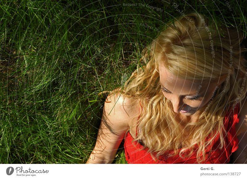 sensual Frau Wiese Gras langhaarig lockig Erholung rot Kleid schön attraktiv zart zerbrechlich Kraft grasgrün Porträt Model Schatten Natur liegen Locken ruhig