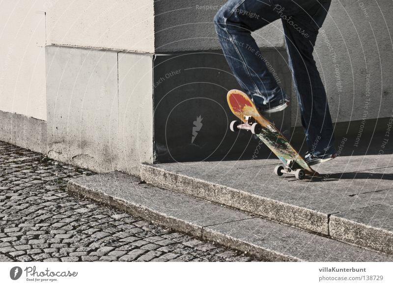 Vor dem Sprung grau Freizeit & Hobby springen Farbfleck Skateboarding Beine Board Ecke Treppe Jeanshose Kopfsteinpflaster