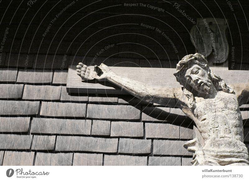 Vaters Hauswand Jesus Christus Kruzifix Dachziegel schwarz weiß Wand Detailaufnahme Rücken INRI Schwarzweißfoto