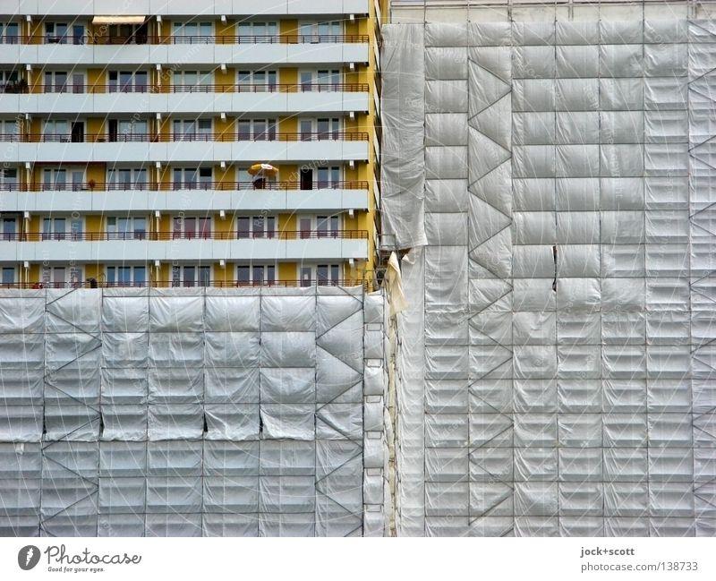 platter Striptease durch Sanierungsmaßnahmen Baustelle Sommer Marzahn Plattenbau Wohnhochhaus Balkon Streifen bauen eckig modern trist Stimmung Ordnung planen
