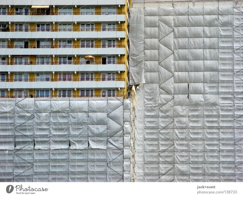 platter Striptease Zeit Fassade Arbeit & Erwerbstätigkeit Häusliches Leben trist modern Hochhaus hoch Beginn Beton Streifen Sauberkeit Wandel & Veränderung Baustelle planen Schutz
