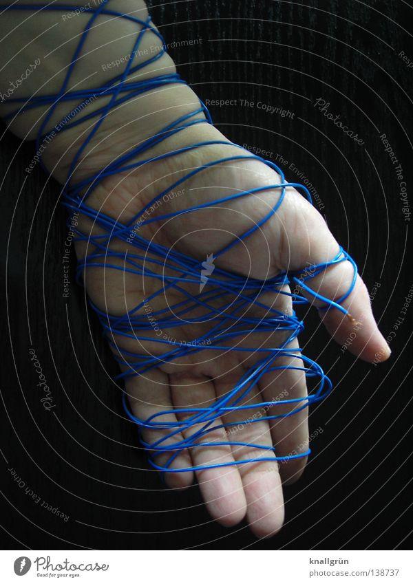 Bondage für Anfänger Hand wickeln blau schwarz gefesselt Schnur hell dunkel Frau obskur Geschnürt Verschnürt Schief gewickelt Abgeschnürt Umschnürt Seil
