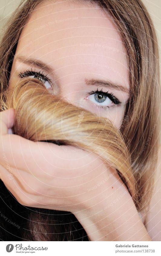 royalblue deepness blond Wellen Hand Wimpern tief wo rückwärts Bernstein untergehen Schwung Suche Porträt Jugendliche Zufriedenheit verstecken blau Auge
