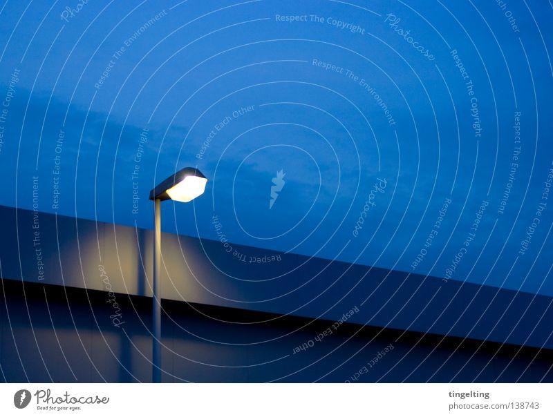 es leuchtet Laterne Licht Nacht Dämmerung gelb dunkel Dach Flachdach Wolken Detailaufnahme Abend Beleuchtung Lampe Linie clean Himmel blau Schatten Einsamkeit