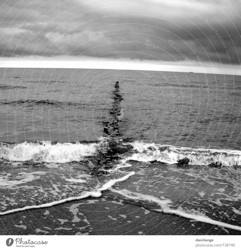 Ostseewetter Meer Strand Jahreszeiten Sturm Stimmung Wolken dunkel grau Ferne Schwarzweißfoto Himmel Küste Wetter Ostseeküste Natur Freiheit