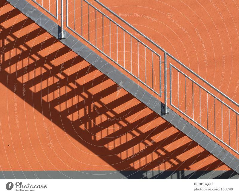 TreppTrepp rot Haus grau Gebäude Metall Architektur hoch Treppe Häusliches Leben aufwärts silber diagonal Schönes Wetter Geländer abwärts