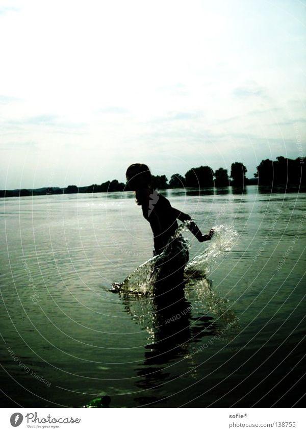 spiel mit dem wasser Wasser weiß blau Sommer Freude Fluss spritzen Elbe Wochenende