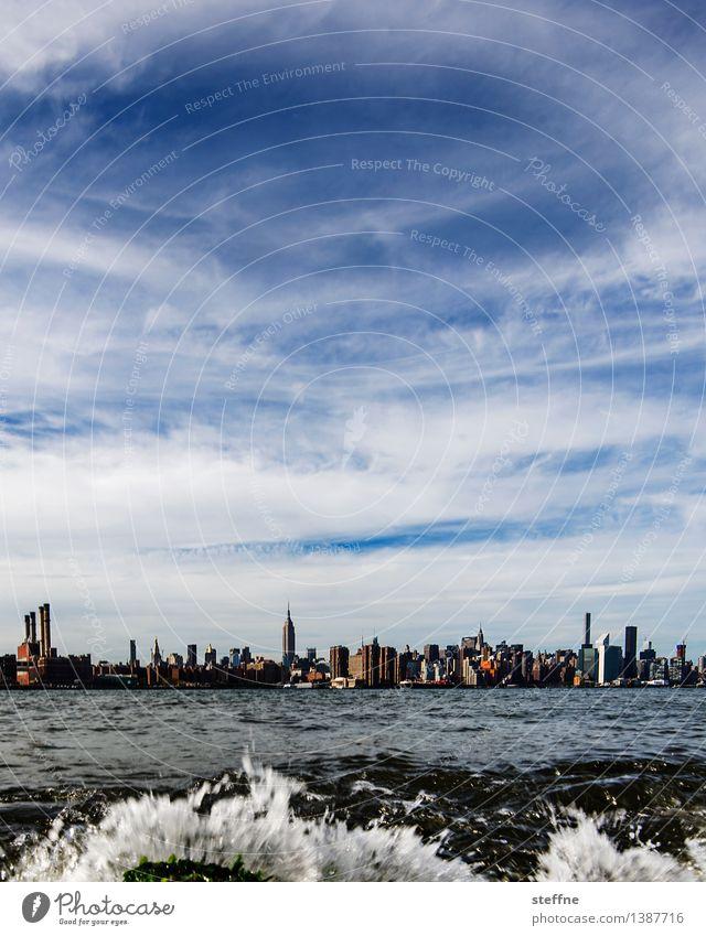 Alles fließt: East River Himmel Natur Stadt Wasser Wellen Hochhaus Fluss Skyline Flussufer Gischt Manhattan New York City Empire State Building
