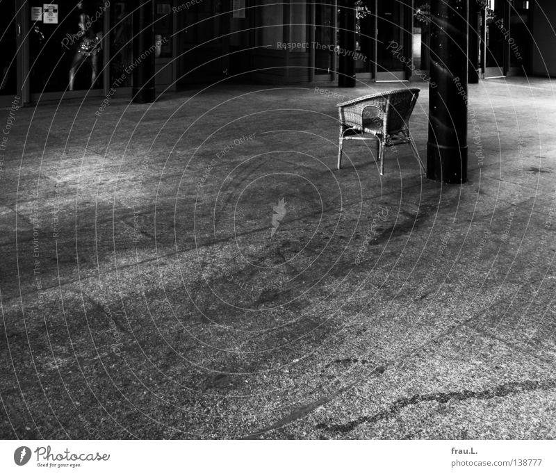 Stuhl Korbstuhl Schlachthof kaputt Einsamkeit Schaufenster Ladengeschäft Schaufensterpuppe Schmuck Frau Beton spannen Voyeurismus Feierabend Korbsessel