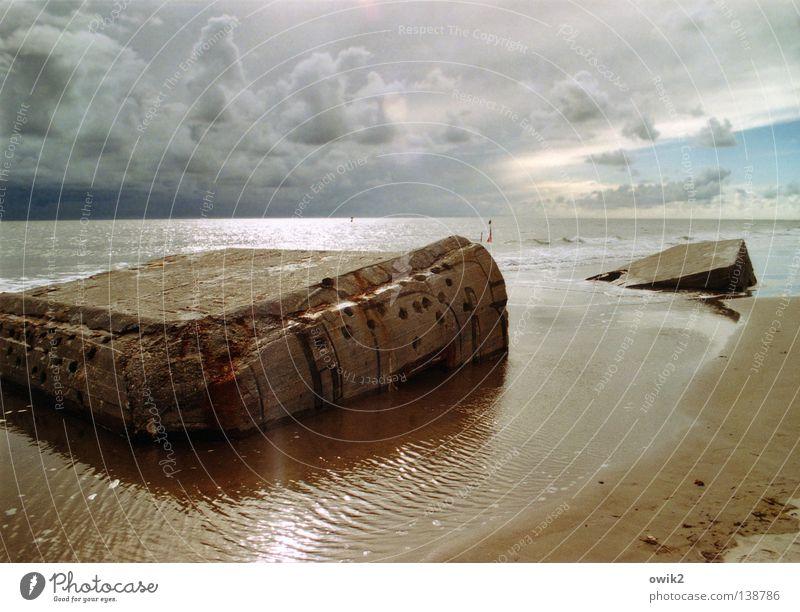 Gebrochene Küste Himmel Wasser Meer Landschaft Wolken Strand Küste See Sand Horizont Wetter leuchten Beton Zeichen historisch Vergangenheit