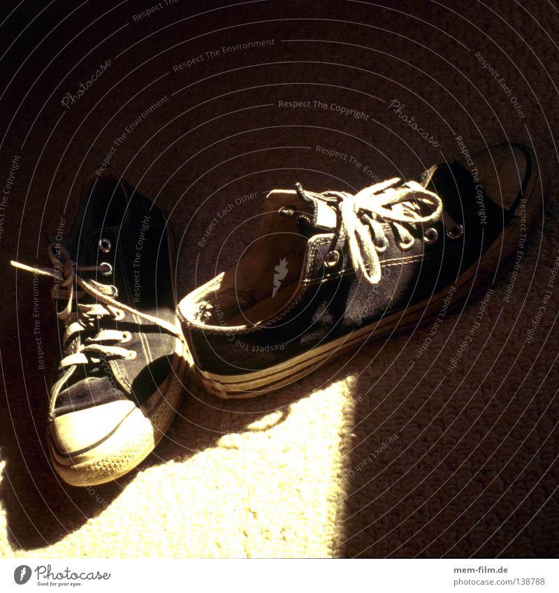 sneakers Turnschuh Schuhe schwarz weiß Licht Schuhbänder getragen springen Stil Freizeit & Hobby Schatten second hand alt used Basketball