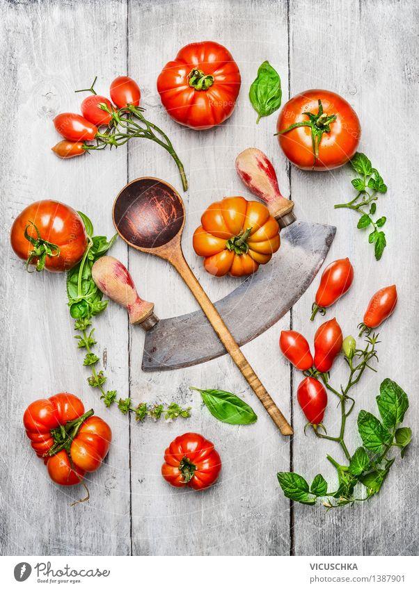 Verschiedene Tomaten, Basilikum Blätter mit Hölzlöffel Lebensmittel Gemüse Salat Salatbeilage Ernährung Mittagessen Abendessen Bioprodukte