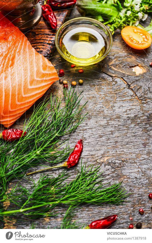Lachsfilet mit Öl und frische Kräutern und Gewürze Lebensmittel Fisch Gemüse Salat Salatbeilage Kräuter & Gewürze Ernährung Mittagessen Abendessen Büffet Brunch