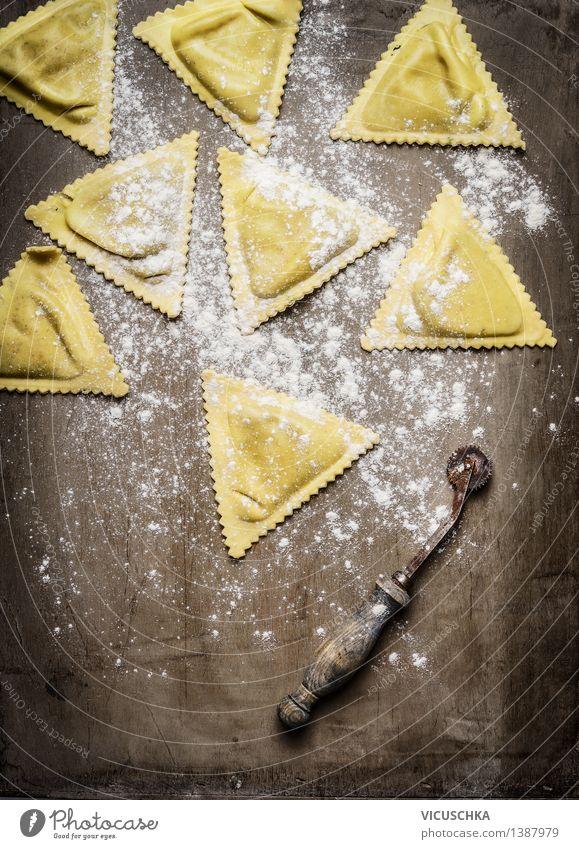 Frisch gemachte Ravioli Gesunde Ernährung gelb Speise Essen Stil Lebensmittel Design Tisch Kochen & Garen & Backen Küche Tradition Backwaren Abendessen