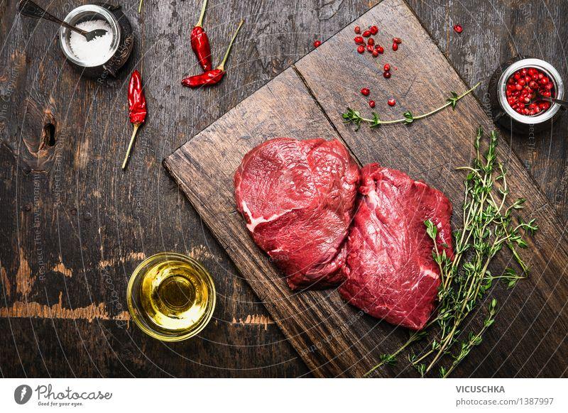 Steaks auf rustikalem Schneidebrett mit Thymian, Öl und Gewürze Gesunde Ernährung Leben Essen Stil Lebensmittel Design Tisch Kochen & Garen & Backen